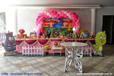 mesa temática tradicional com toalhas para festa infantil com o tema da Galinha Pintadinha