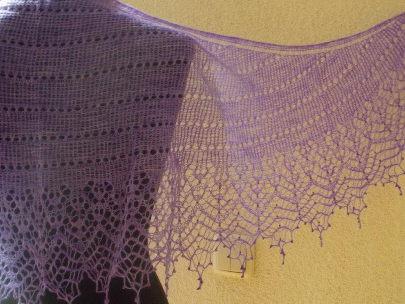 verkocht 12/12 lila shawl met ingebreide kraaltjes.