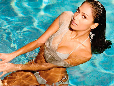 nicole_scherzinger_hot_wallpaper_in_swimming_pool_fun_hungama_forsweetangels.blogspot.com