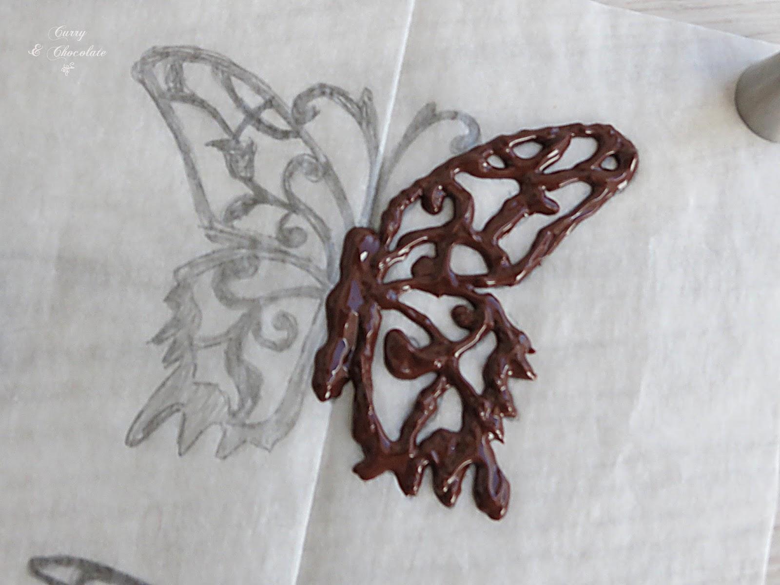 Dibujando la mariposa con chocolate