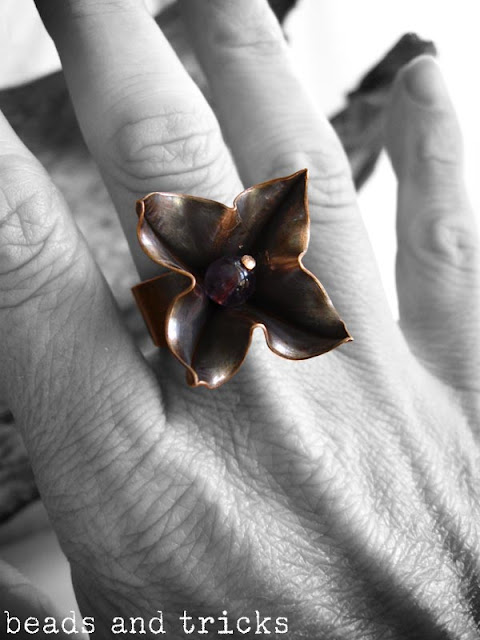 Anello con fiore in rame e ametista, foldforming
