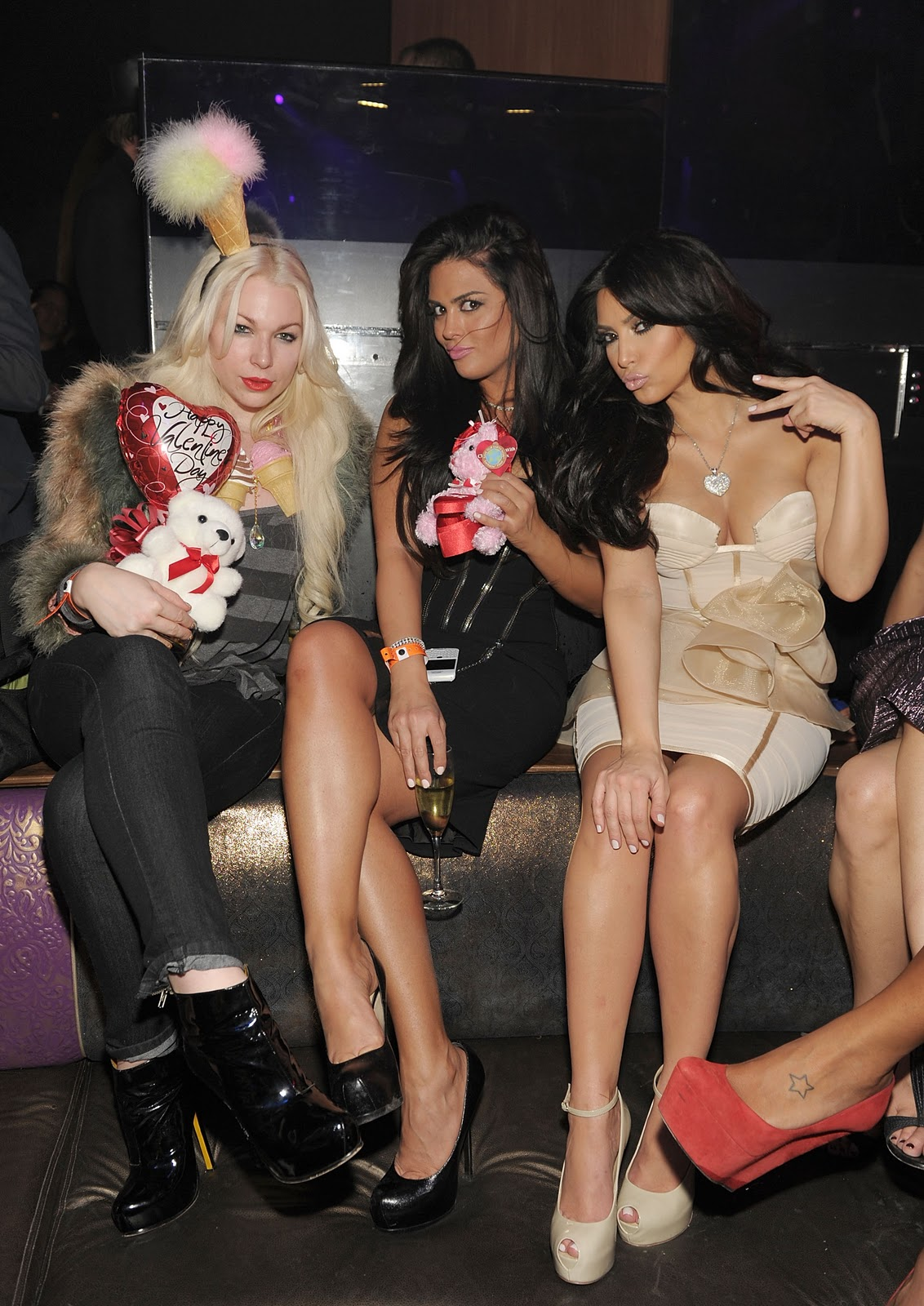 http://1.bp.blogspot.com/-R__RkR85bXs/TVrbz2-kECI/AAAAAAAAO4E/kzZcVakfh9k/s1600/Joyce+Bonelli%252C+Carla+DiBello+and+Kim+Kardashian+at+Marquee+LV%25282%2529.JPG