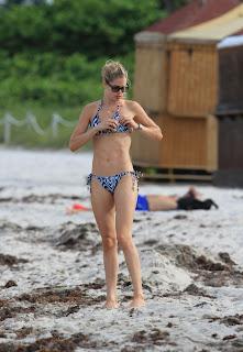 Doutzen Kroes fixing her  New Bikini top