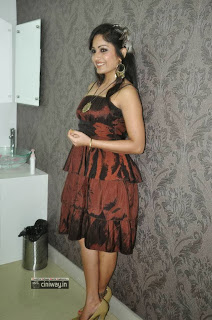 Madhavi-Latha-Stills-at-Naturals-Salon-Launch