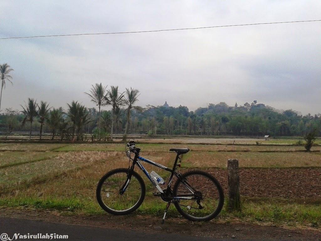 Puncak Cand Borobudur terlihat dari kejauhan