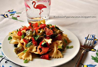 116. Śródziemnomorska sałatka z pieczoną papryką, suszonymi pomidorami i parmezanem