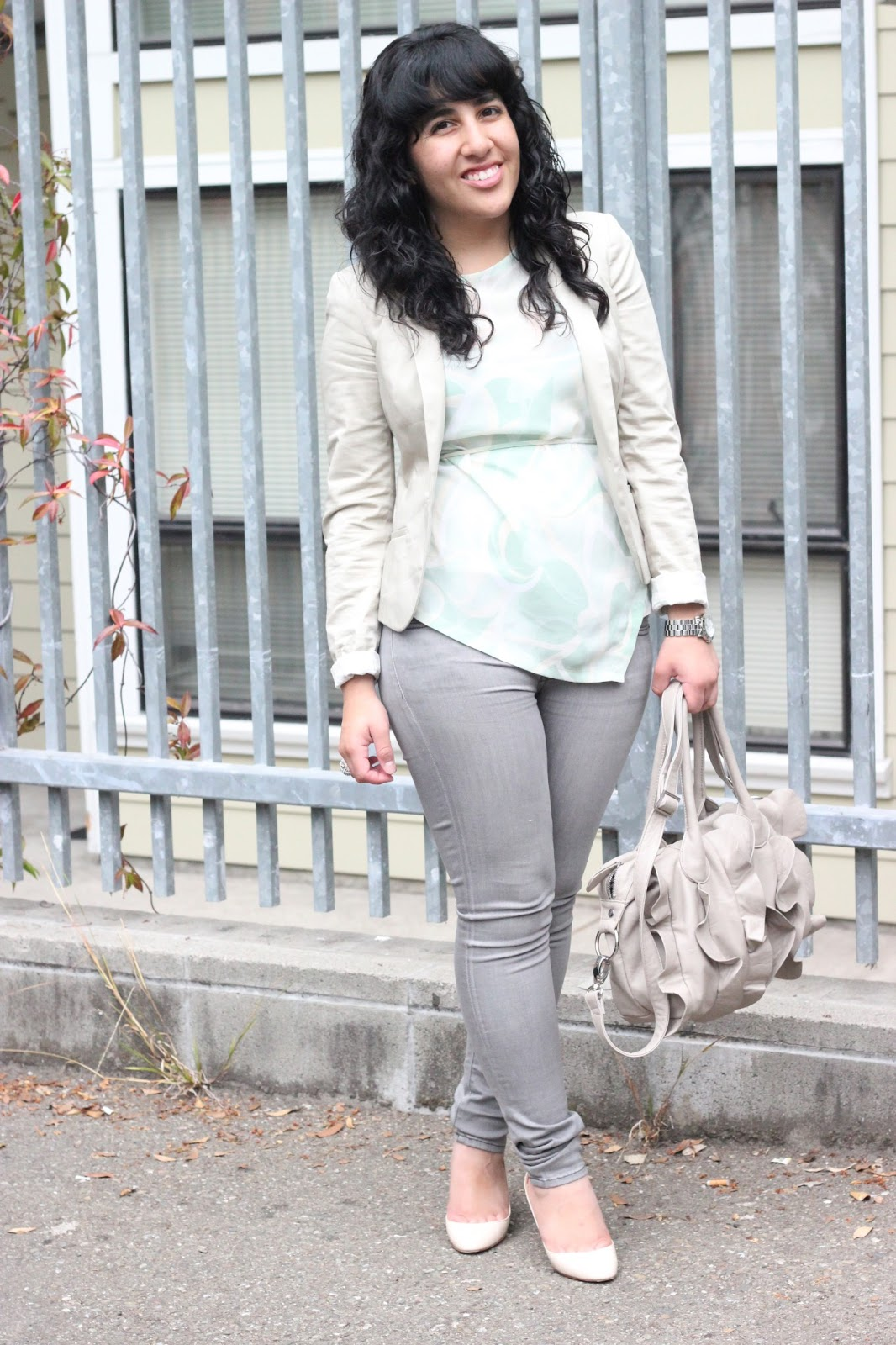 Casual White Jeans Outfit Summer Sweater And Jeans Outfit Grey Jumper Outfit Classy Jeans Outfit Gray Jeans Outfit Light Jeans Outfit White Jeans Summer Tan Jeans White Denim Jeans Forward Love this look: oversized gray sweater, white skinny jeans, nude sandals.