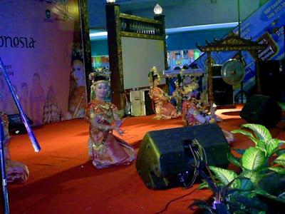 http://iwanlemabang.blogspot.com/2012/03/sekilas-tari-gending-sriwijaya-dan-tari.html
