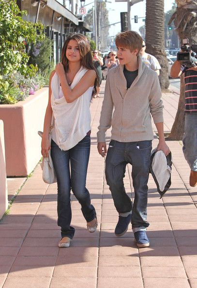 justin bieber and selena gomez wallpaper 2011. selena gomez wallpaper 2011.