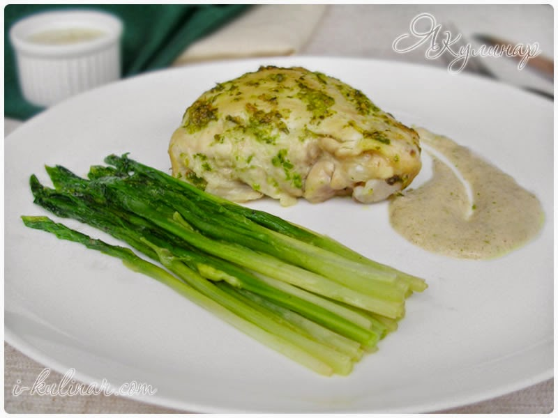 Курица с тушеной черемшой и сливочным соусом