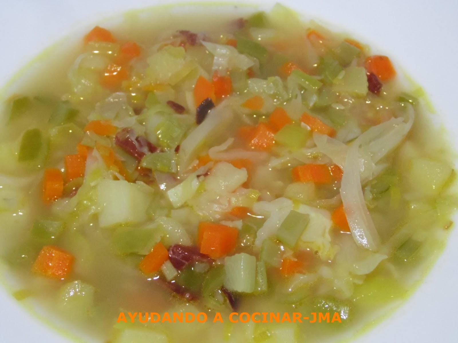 Ayudando a cocinar sopa con verduras - Cocinar verduras para dieta ...