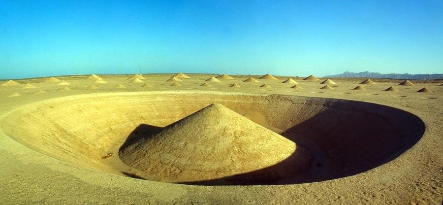 صورة للحفرة المركزية بدون ماء لنفس الصحراء