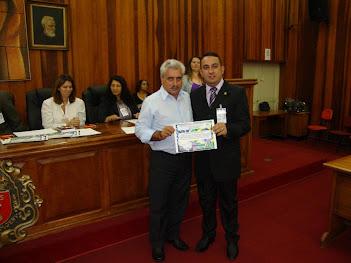 Pastor Marinho Recebendo o Certificado das Mãos do Vereador José Carlos Ferreira