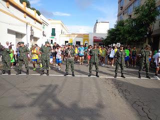 Exército organiza a saída dos competidores.