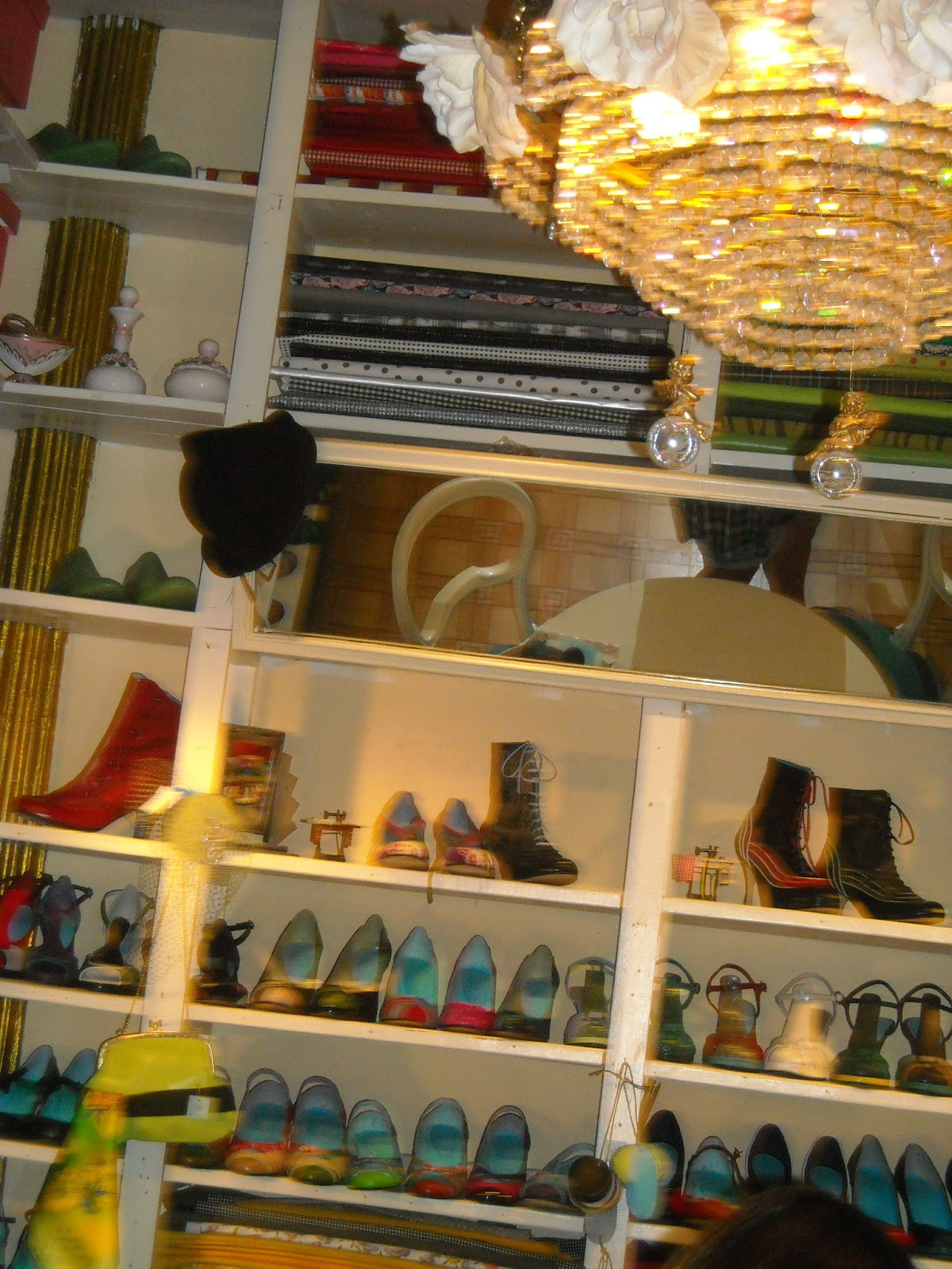 Loli zapatos y bolsos hechos a medida el madrid de los - Artesanos de madrid ...
