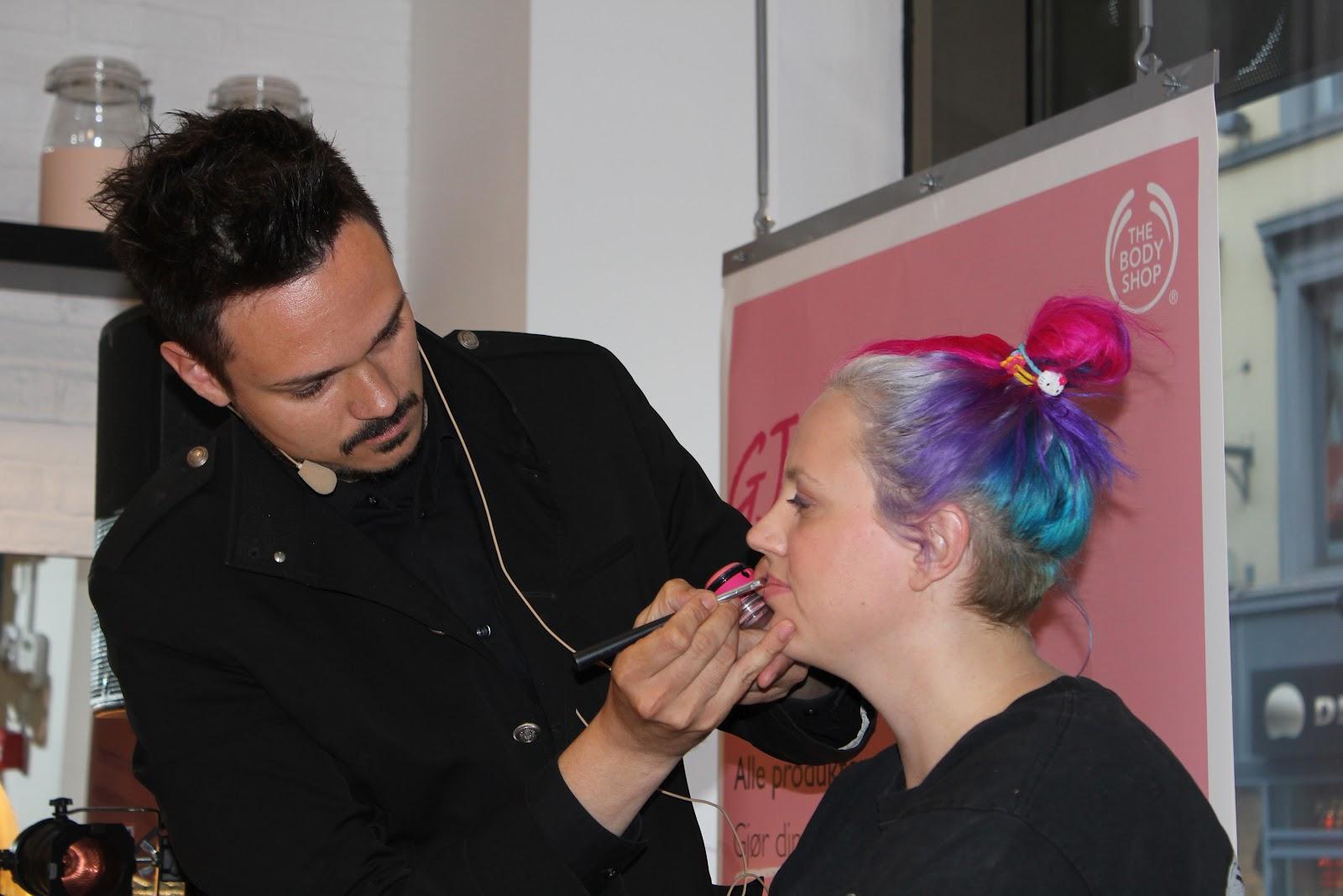 http://1.bp.blogspot.com/-Rb3AJjUtppI/T8--ASjWkaI/AAAAAAAAa00/xS24z9m239Q/s1600/Fam+Irvoll+og+Tore+petterson+Lily+Cole+Cruelty+Free+The+Body+Shop+Shoppingkveld+Costume.jpg