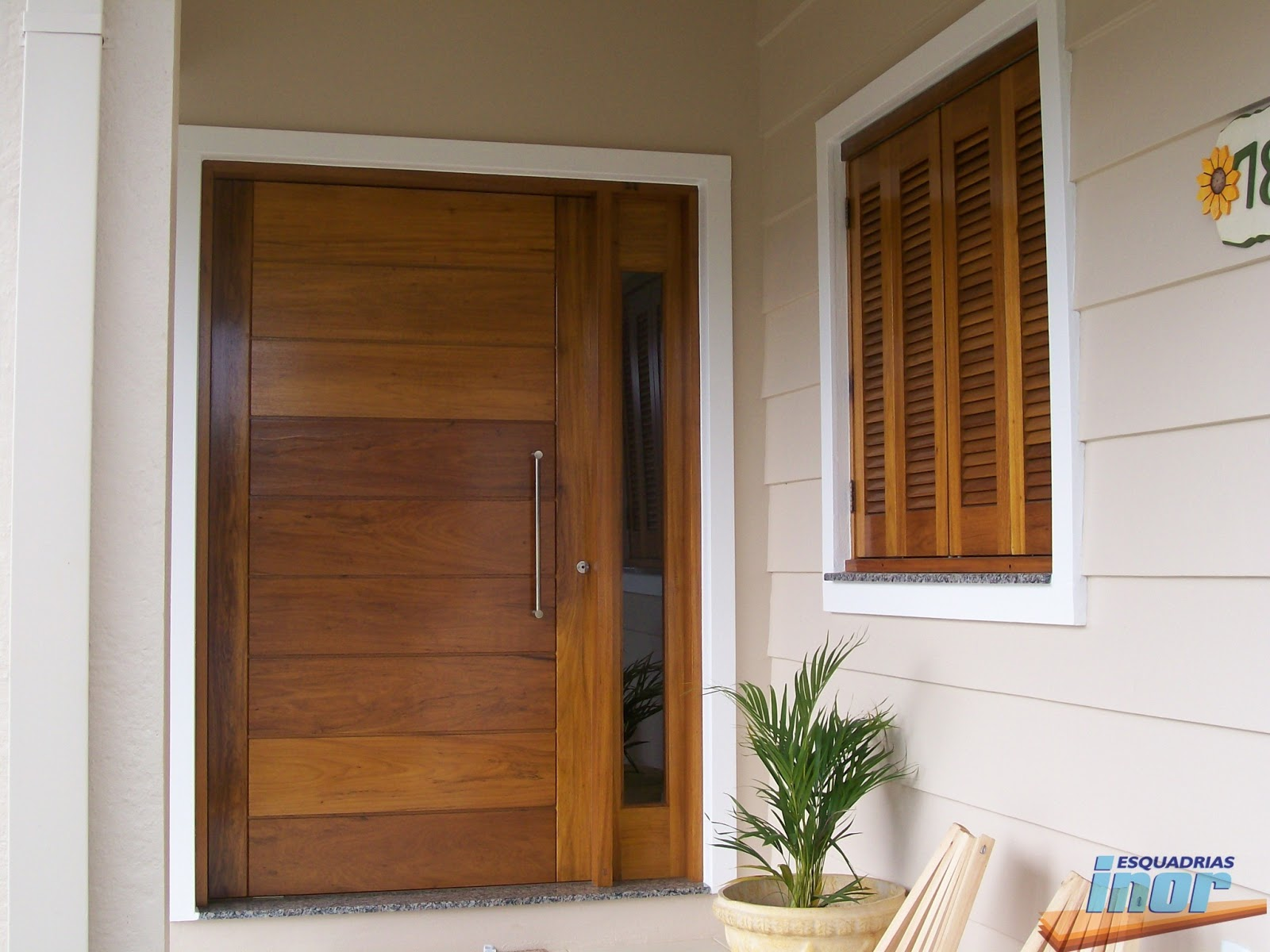 PES3 Porta entrada lambris na horizontal pivotante #A0682B 1600x1200 Banheiro Com Duas Portas De Entrada
