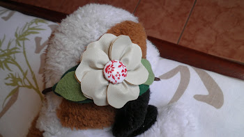 Arco em flor de couro com botão forrado