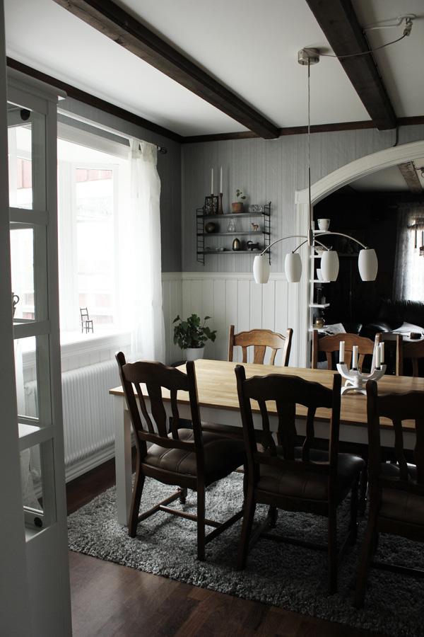 svart stringhylla, stringhylla med tre hyllplan, svart, vitt, grått, vardagsrum, matsalsmöbler, matbord i vardagsrum, träbalkar i taket, snickerier, trävalv, inredning i vardagsrum