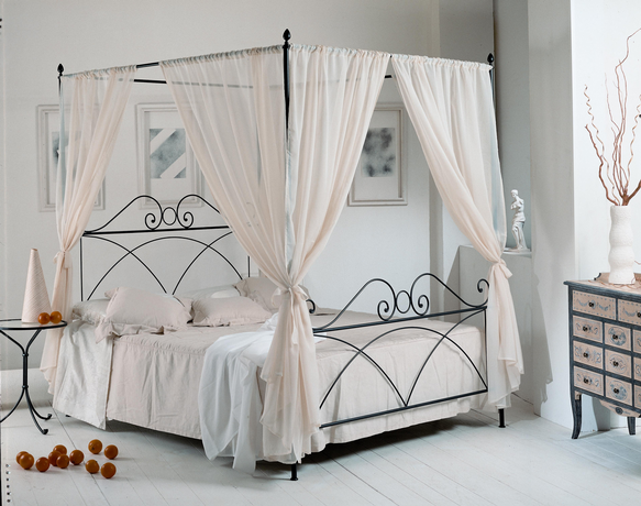 una cama con dosel dormitorios con estilo