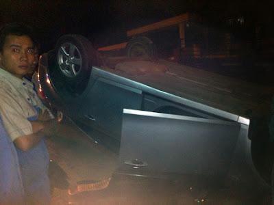 Chiếc xe bị lật ngửa nhưng tài xế không bị thương ,thế giới lốp, lop xe, lốp xe ô tô, giá lốp, gia lop,
