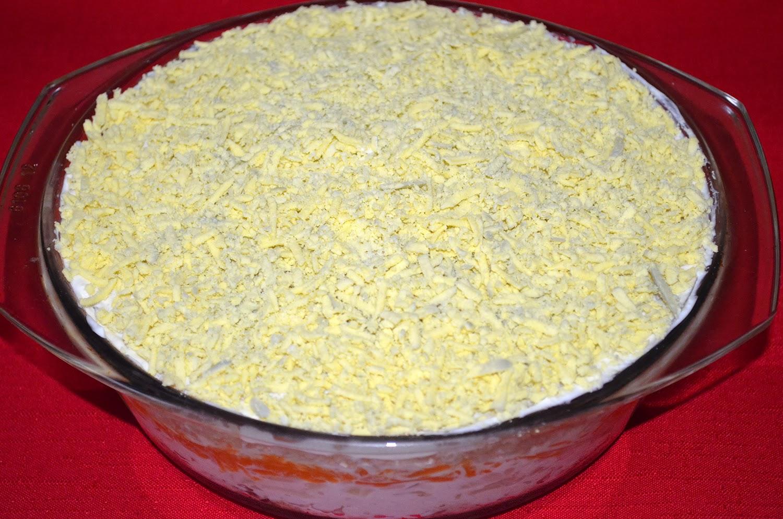 Салат Мимоза: верхний слой - раскрошенный желток