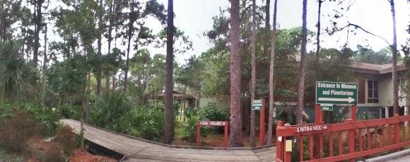 Eingang zum Calusa Nature Center & Planetarium Rollstuhlgerecht behindertenfreundlich Fort Myers State Park