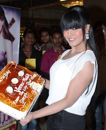 Veena Malik attempts to break Salman Khan Kissing Guinness World Record  Veena-malik-with-her-birthday-cake