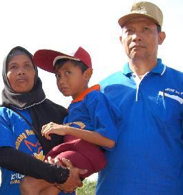 Ibu Ini Menggendong Anaknya Yang Cacat Tiap Hari Ke Sekolah [ www.BlogApaAja.com ]