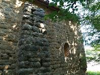 El mur lateral sud, reforçat per un contrafort, continuació del arc toral interior