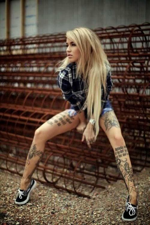 chica sentada en un patio, lleva ropa informal, es rubia, tiene tatuajes de frases