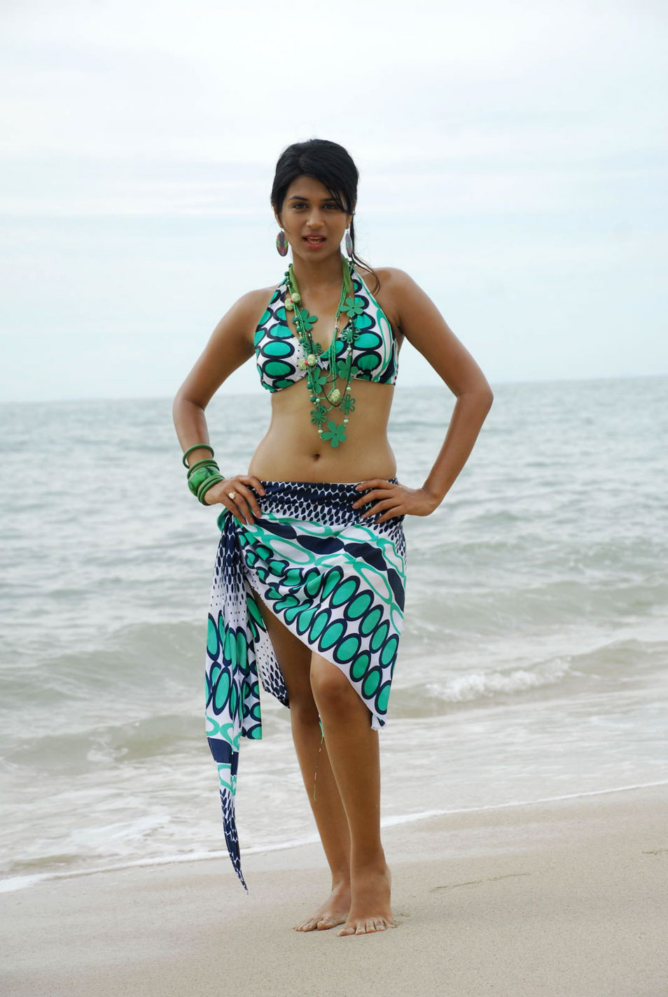 shraddha das new spicy from mugguru movie, shraddha das hot images