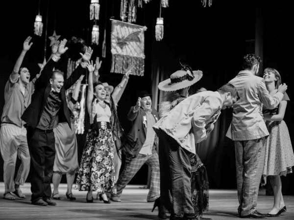 Espetáculo 'Mambem-bê-a-bá: sem rir, sem chorar' é apresentado no Teatro Severino Cabral