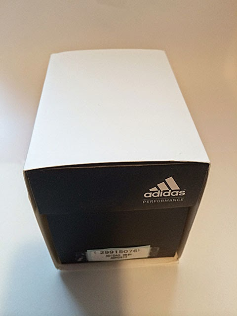 adidasのロゴの入った箱