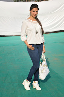 Divyanka Tripathi Beautiful Wallpaper in jeans.jpg