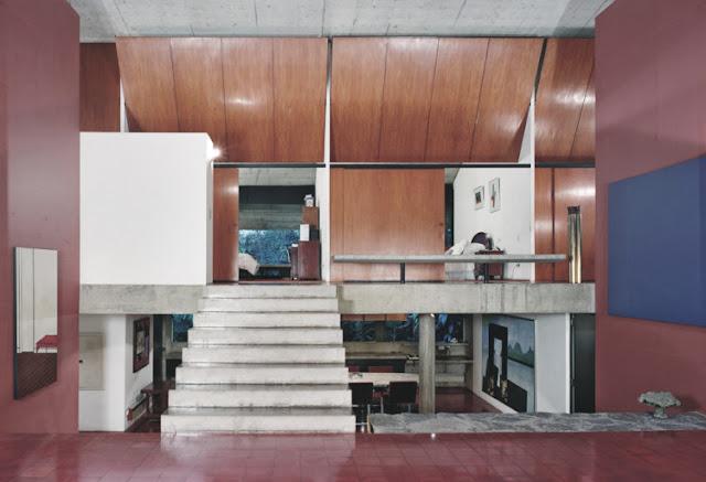 Milan Haus in Brasilien - Architektur zum luftigen Einrichten und Wohnen: offene Küche und Schlafzimmer mit Schiebetüren