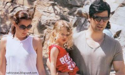 На фото: Греческий певец Сакис Рувас со своей женой и ребёнком