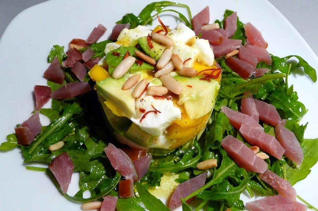 Geräucherter Thunfisch an Büffelmozzarella Avocado Mango Salat