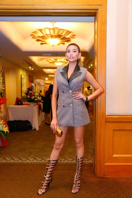 Tham dự buổi họp báo giới thiệu phim điện ảnh Truy sát, siêu mẫu Hoàng Yến toát lên vẻ hiện đại, cá tính mà không kém phần gợi cảm khi kết hợp vest dáng dài cùng sandal chiến binh sành điệu.