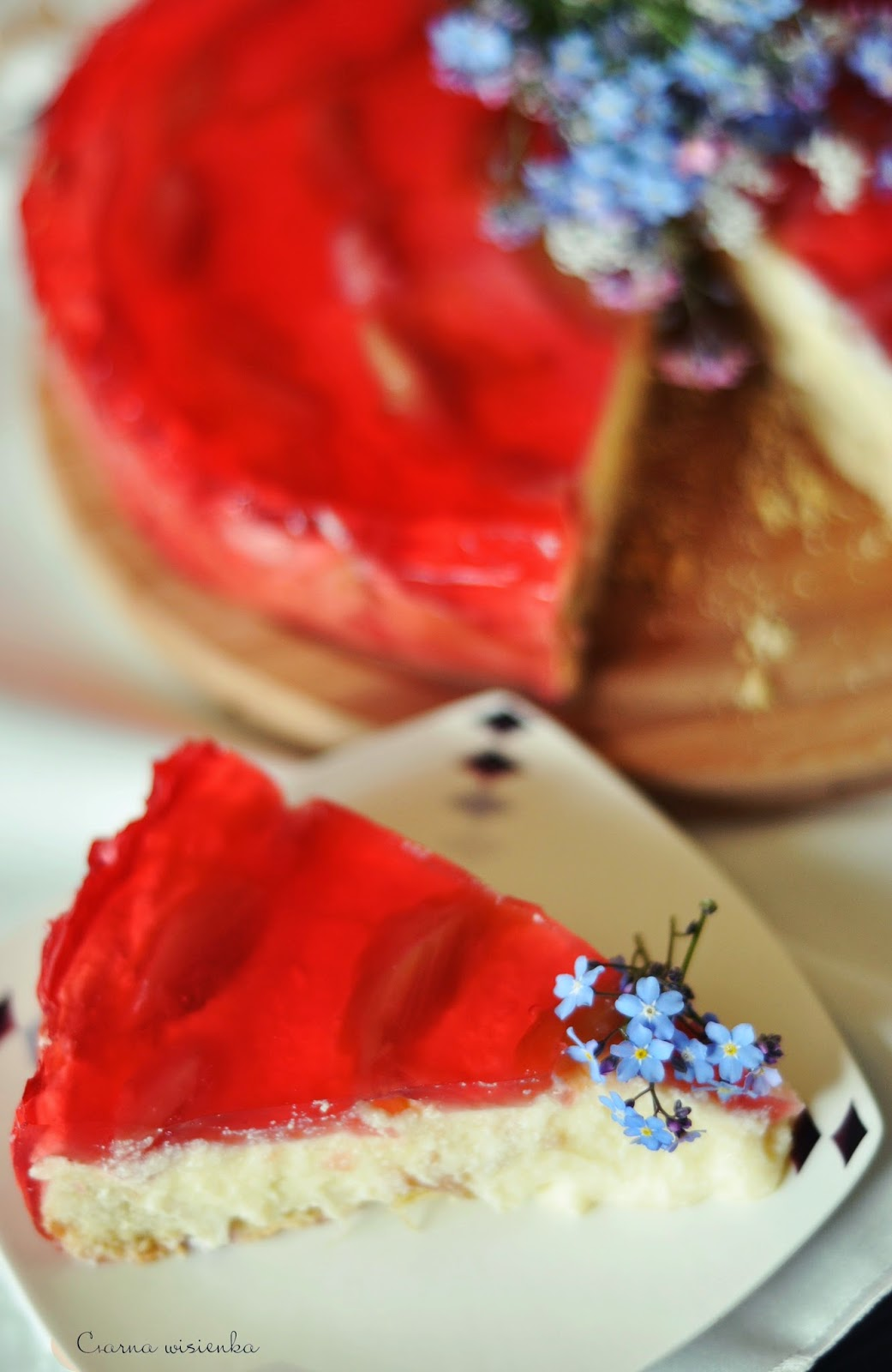 Delikatne ciasto z masą budyniową, nutą truskawkową i rabarbarem