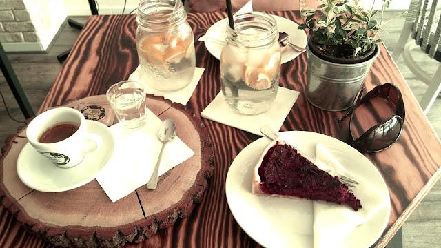Káva, dort a limonáda v Charakter bakery & coffee shop