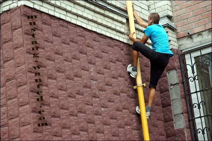 26-year-old Kiev ekstremal Paul, hiding under the pseudonym Mustang Wanted, recently became the star of the global Internet. He calls himself a tracer, and his hobby – Freerunning – the art of movement and overcoming obstacles in difficult urban terrain.