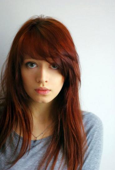 model rambut panjang merah