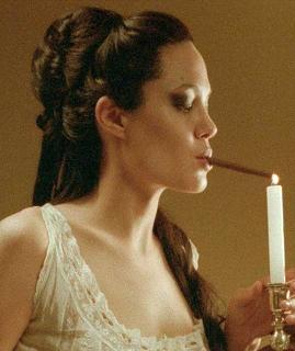 Angelina Jolie acende um cigarro