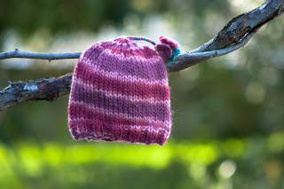 "alt=""knitting, free knitting pattern, tricot, gorro, instruções passo a passo, karma rosários4, hat"""