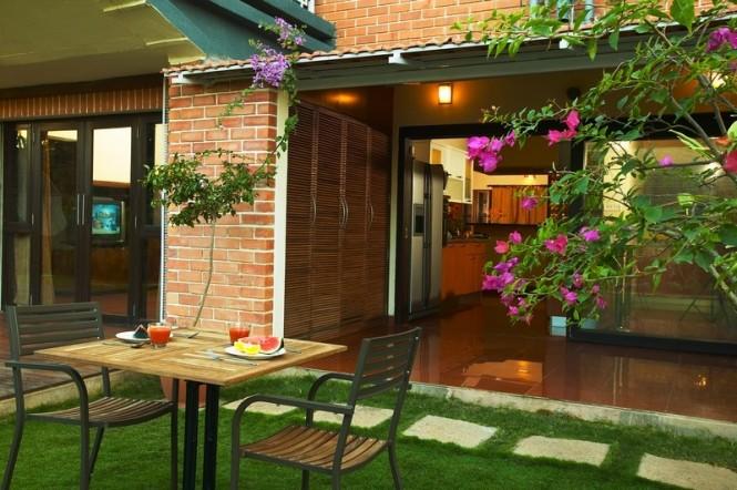 Hogares frescos hermosa casa chic de la firma total for Diseno de patios interiores