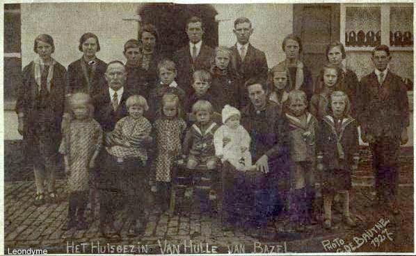 Gezin Jan Van Hul(le)-De Ben uit Bazel-Waas met hun 21 kinderen.