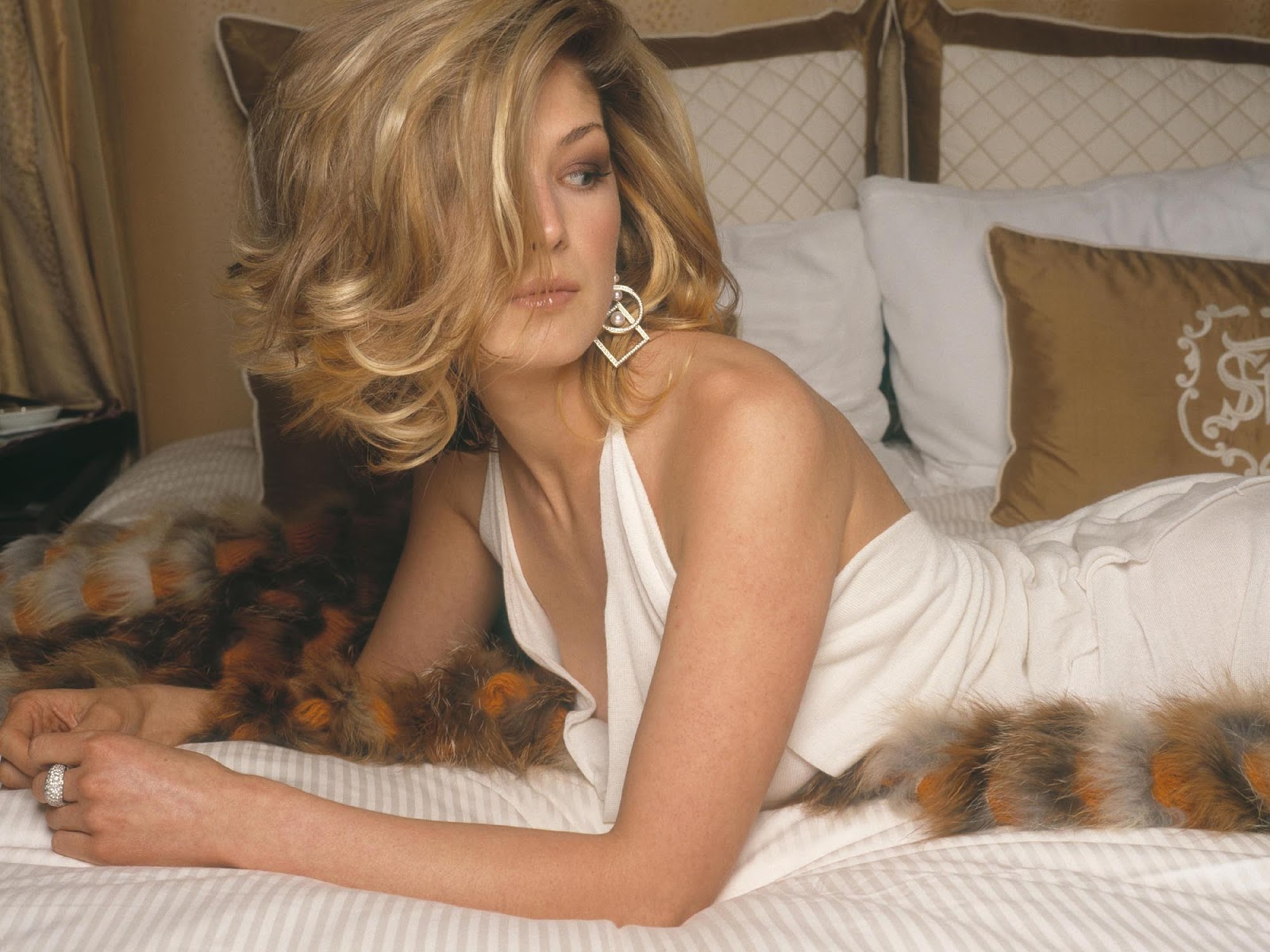 Rosamund Pike Hot Hd Wallpapers Desktop Wallpapers Gallery