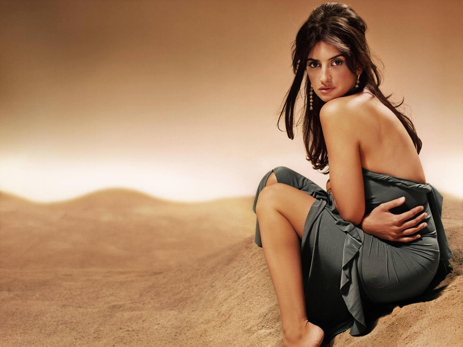 http://1.bp.blogspot.com/-RjPkqclJWSY/TliilP_oVeI/AAAAAAAABoY/Mik3Vk_Vxd8/s1600/The-best-top-desktop-penelope-cruz-wallpapers-hd-penelope-cruz-wallpaper-2.jpg