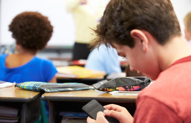 Τα κινητά smartphones στο σχολείο, βλάπτουν την απόδοση, την μάθηση, την συμπεριφορά αλλά και την υγεία των μαθητών